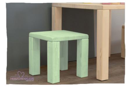 Kinderstuhl aus Massivholz – voll gefärbt