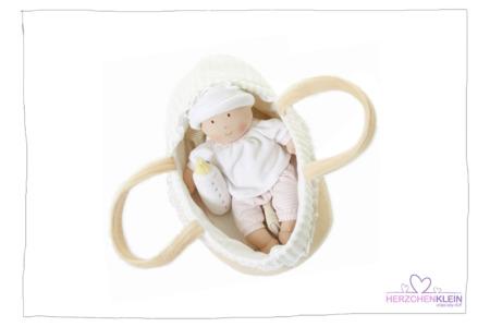 Baby im Körbchen